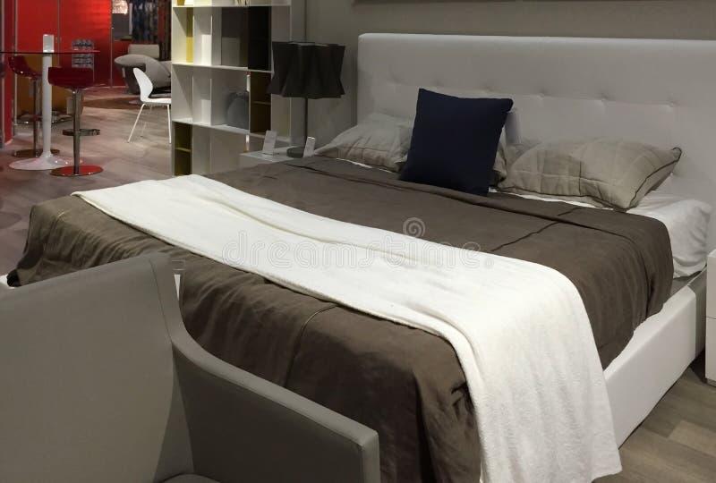 Het meubilair van de luxeslaapkamer het verkopen bij opslag royalty-vrije stock afbeelding