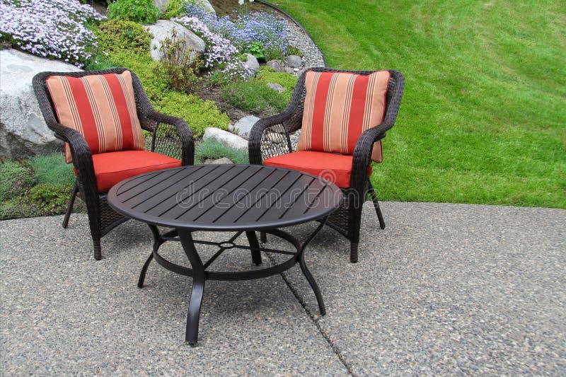 Het meubilair van het terras in de tuin stock foto