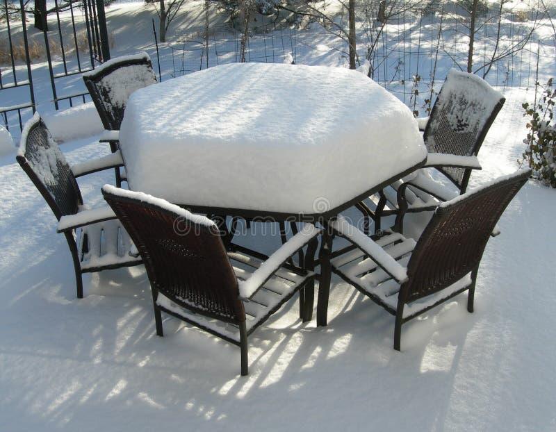 Het meubilair van het terras in de winter stock afbeelding
