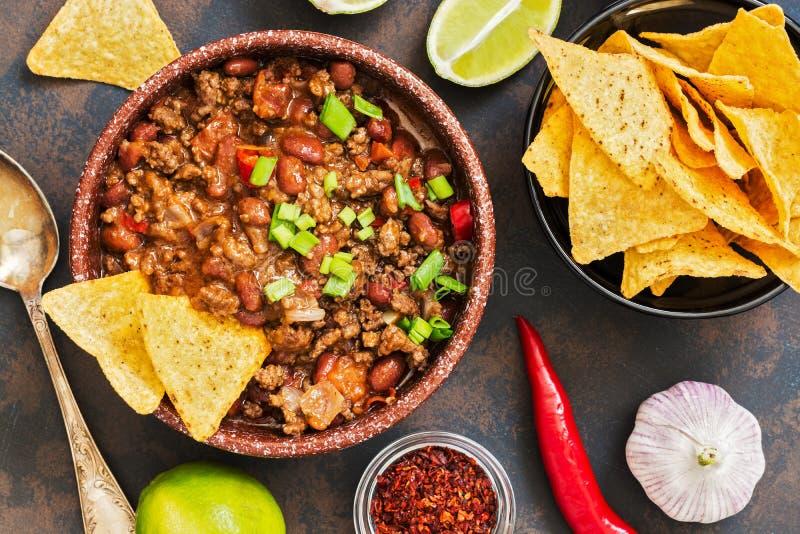 Het Mexicaanse chili con carne van de voedselschotel Het concept Mexicaanse keuken Hoogste mening, oude, roestige achtergrond stock afbeelding