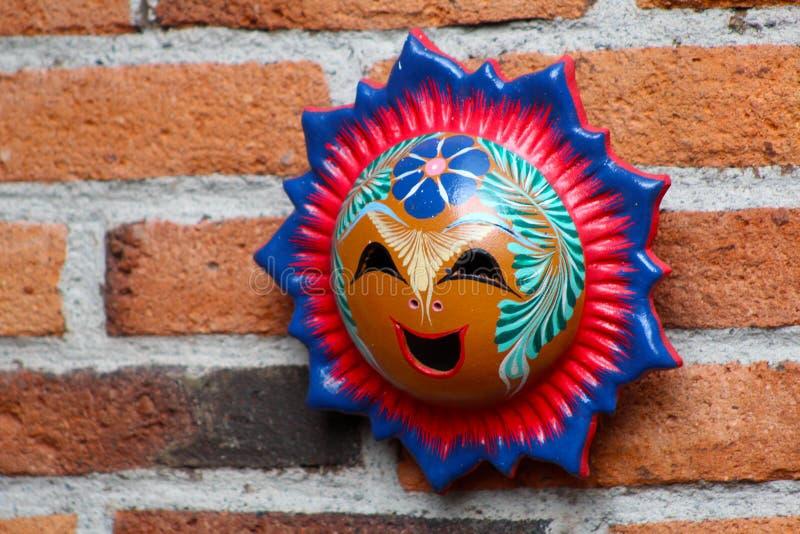 Het Mexicaanse die gezicht van de handcraftzon van klei wordt gemaakt stock fotografie
