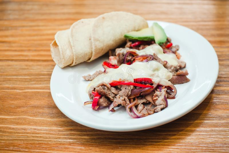 Het Mexicaanse voedsel, Alambre wordt gemaakt met Rundvlees, ui, bacon, Spaanse peper, kaas en tortilla's in Mexico stock foto's