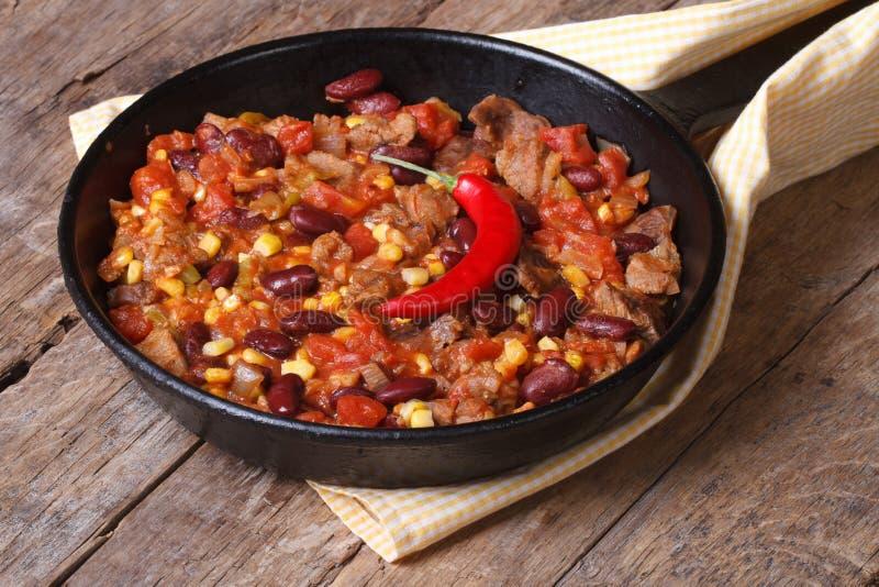 Het Mexicaanse voedsel is chili con carne in een pan stock fotografie