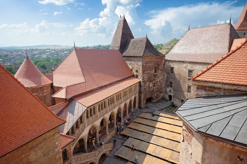 Het middeleeuwse Corvin-Kasteel in Hunedoara wordt gebouwd in renaissance-Gotische stijl en het is één van de grootste kastelen i stock fotografie
