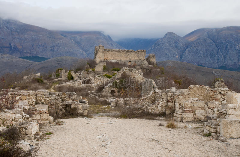 Het middeleeuwse dorp van Alba Fucens met kasteel royalty-vrije stock afbeeldingen