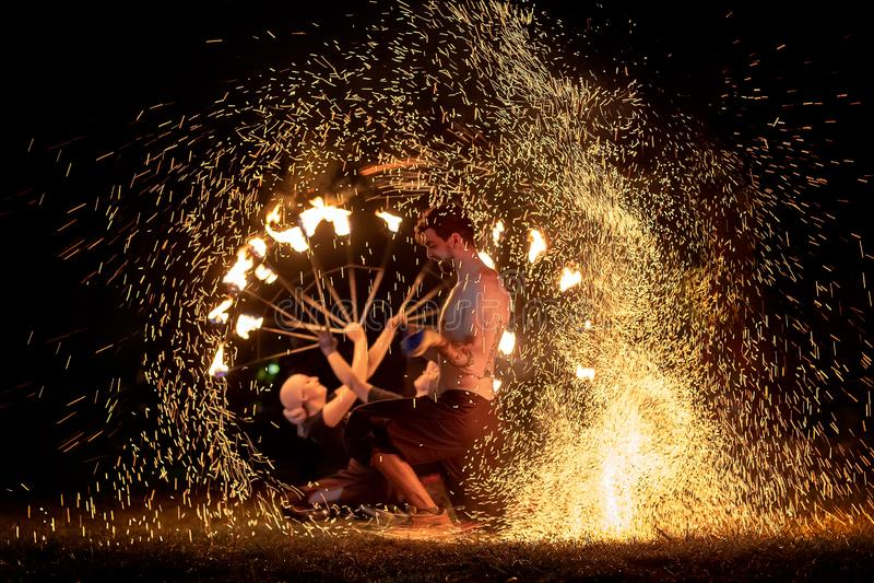 Het middeleeuwse festival van Transsylvanië in Roemenië, brand-spuwen, vlampottenbakker, Brandontluchter stock foto