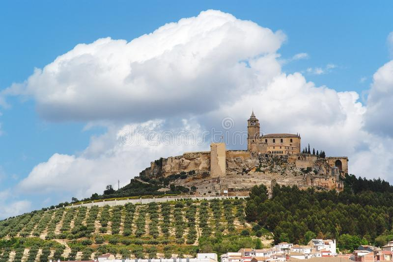 Het middeleeuwse kasteel van La Mota op de heuvel in Andalusia royalty-vrije stock afbeelding