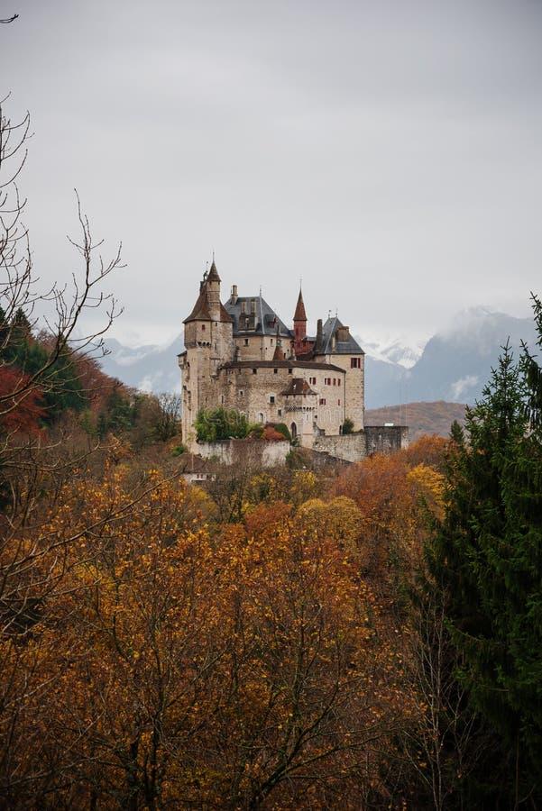 Het middeleeuwse Menthon-Kasteel in de commune van menthon-heilige-Bernard, in Haute Savoie, Frankrijk royalty-vrije stock foto's