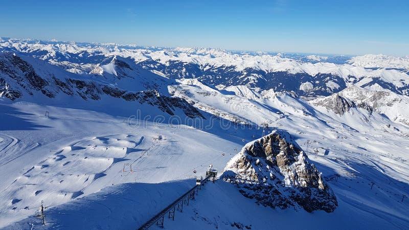 In het midden van de bergen stock afbeelding