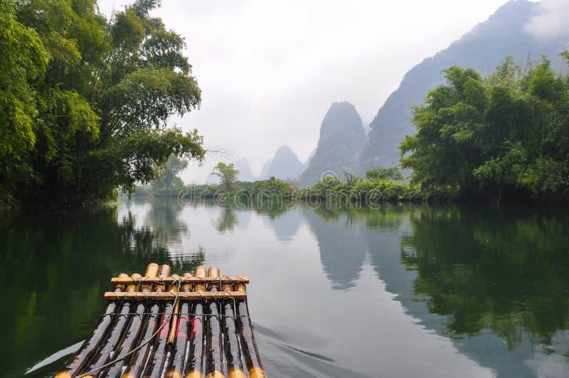 In het midden van de Yulong-Rivier royalty-vrije stock afbeeldingen