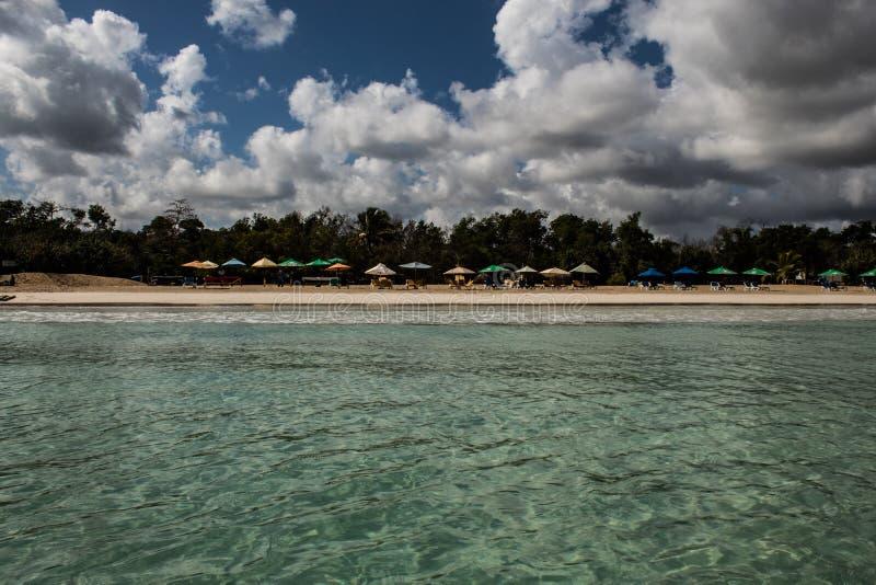 In het midden van een verbazende, groene en turkooise Cara?bische overzees; transparant water, tropisch paradijs Playa Macaro, Pu stock foto's
