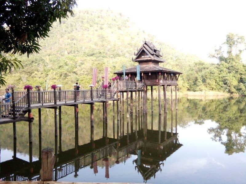 Het midden van het water wordt gemaakt van hout stock fotografie