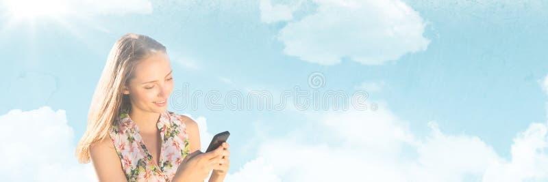Het Millennial vrouw texting tegen de Zomerhemel met gloed stock fotografie