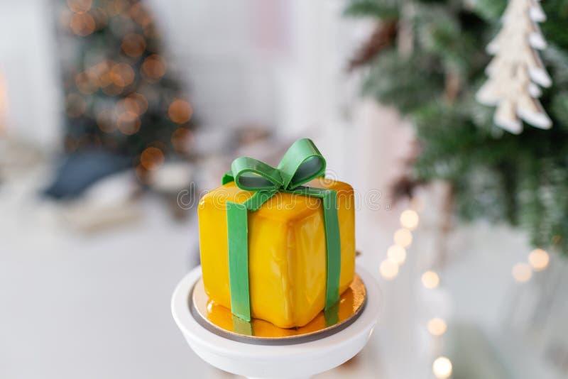Het mini verglaasde dessert van het moussegebakje met geel In de vorm van giftdoos, linten van chocolade Moderne Europese cake royalty-vrije stock afbeelding