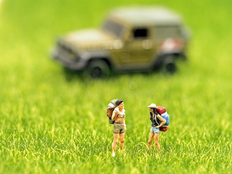 Het miniatuur de rugzakreiziger van de groepswandelaar lopen stock afbeeldingen