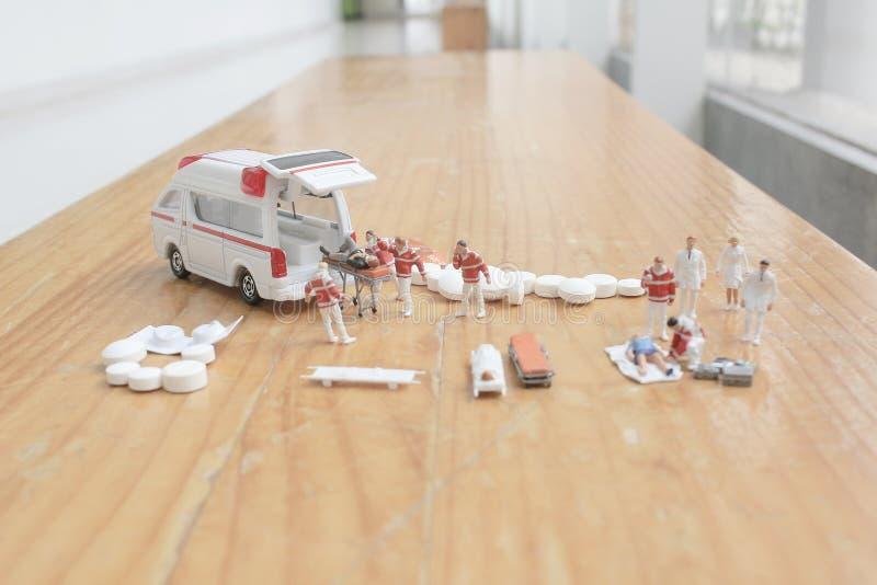 het minicijfer van eerste hulp bij ziekenwagen stock foto's