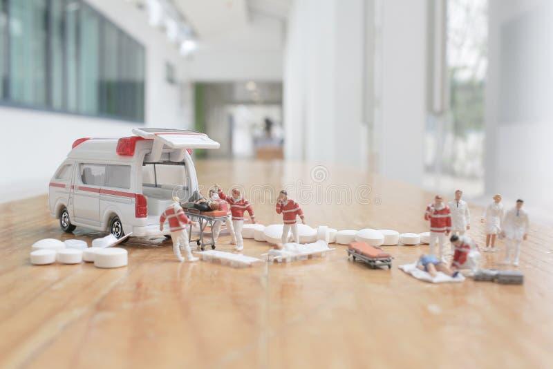het minicijfer van eerste hulp bij ziekenwagen stock afbeelding