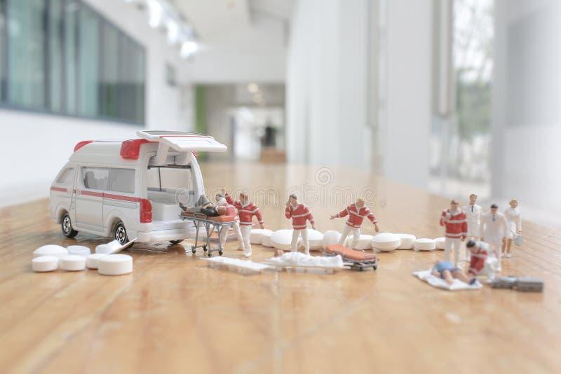 het minicijfer van eerste hulp bij ziekenwagen stock afbeeldingen