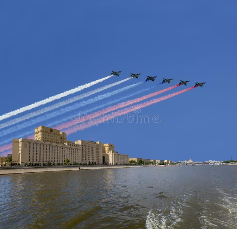 Het Ministerie van Buitenlandse zaken van de Russische Federatie en de Russische militaire vliegtuigen vliegen in vorming, Moskou royalty-vrije stock afbeelding