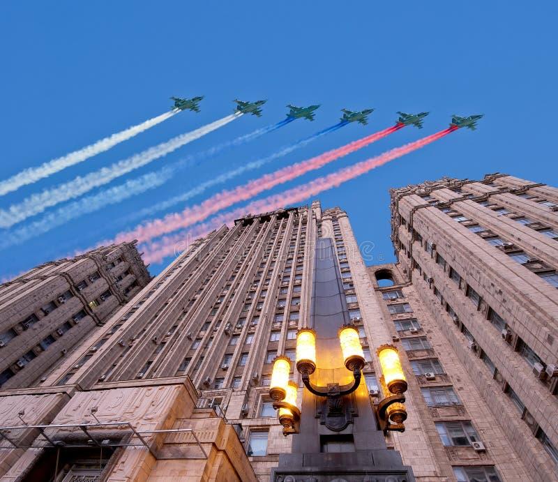 Het Ministerie van Buitenlandse zaken van de Russische Federatie en de Russische militaire vliegtuigen vliegen in vorming, Moskou royalty-vrije stock afbeeldingen