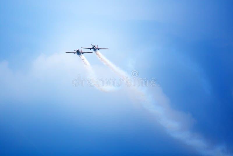 Het Mochishchevliegveld, lokale lucht toont, twee jak-52 samen vliegend, aerobatic team 'Open Hemel ', Barnaul royalty-vrije stock fotografie