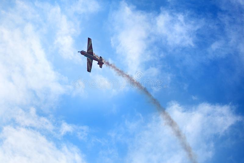 Het Mochishchevliegveld, lokale lucht toont, vliegtuigjakken 52 op blauwe hemel met wolkenachtergrond, omhoog sluit royalty-vrije stock foto