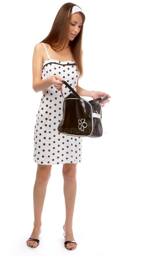 Het model controleert haar zak stock afbeeldingen