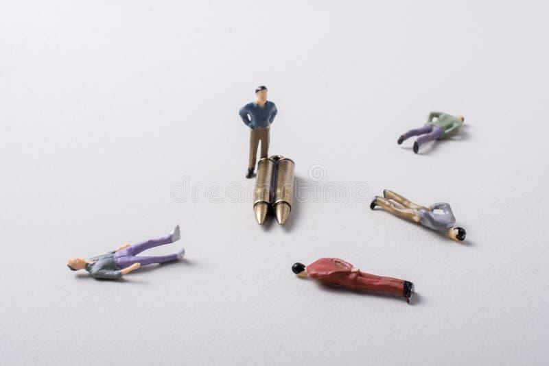 Het model en de Kogel van het mensenbeeldje zoals Conceptueel tegen de oorlog royalty-vrije stock foto's