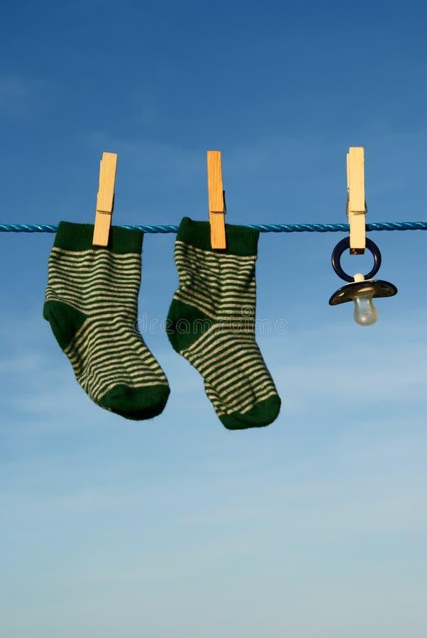 Het model en de sokken van de baby stock fotografie