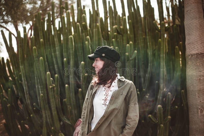 Het model glimlachen met zwart GLB dichtbij cactus royalty-vrije stock afbeeldingen