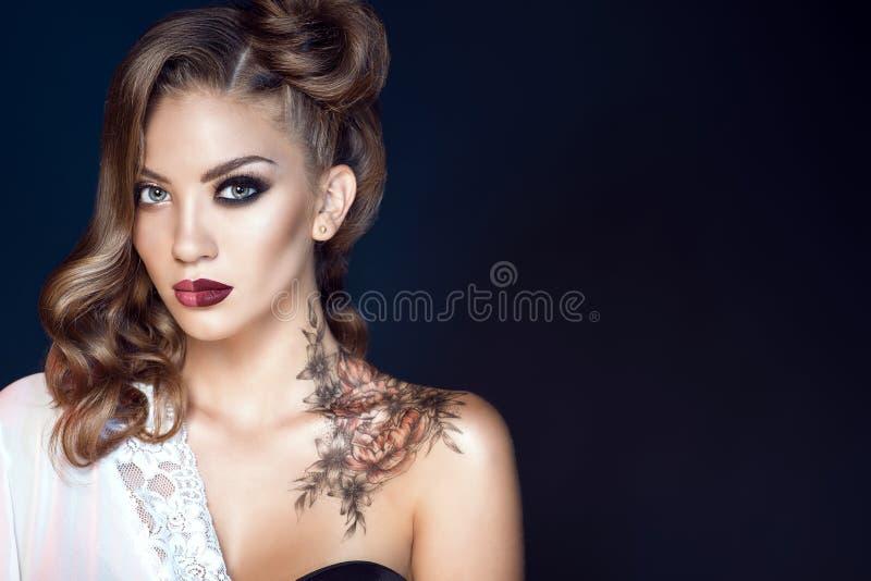 Het model met artistiek maakt omhoog en kapsel Lichaamskunst op haar schouder Ideaal vrouwenconcept stock fotografie