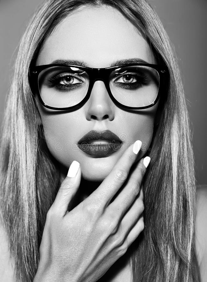 Het model met verse dagelijkse make-up met donkere lippen kleurt en schone gezonde huid op rode achtergrond in glazen royalty-vrije stock foto's