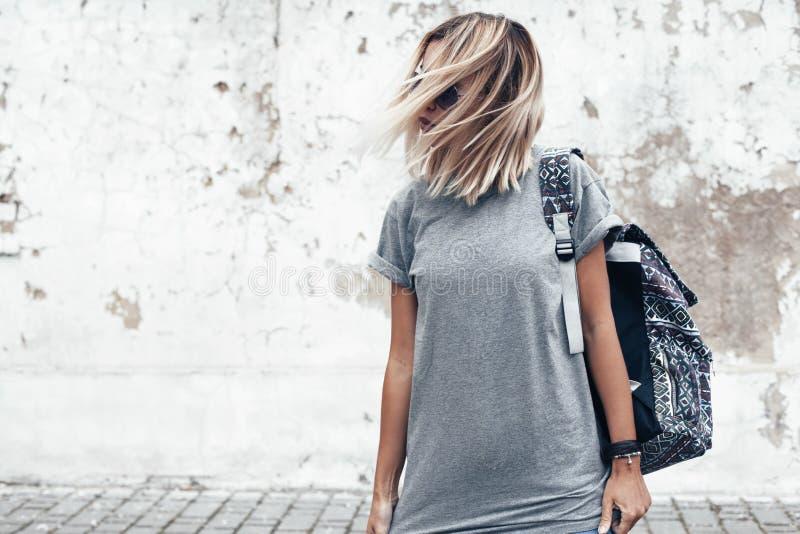 Het model stellen in duidelijke t-shirt tegen straatmuur royalty-vrije stock afbeeldingen