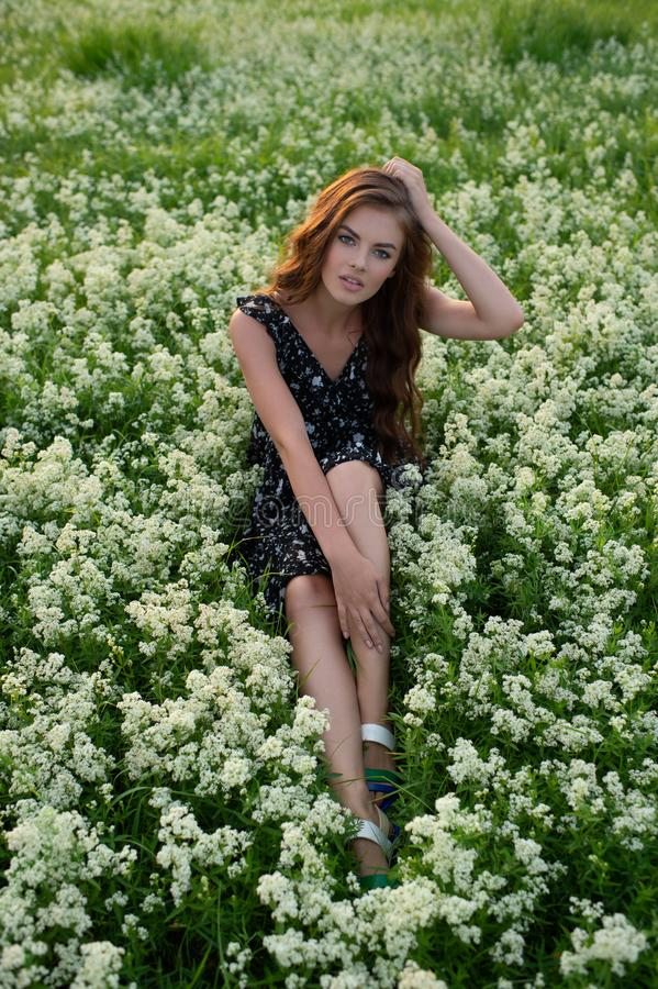 Het model stellen in openlucht in witte lavendelbloemen royalty-vrije stock foto