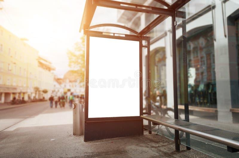 Het model van het bushalteaanplakbord Zonlicht en straat op achtergrond stock afbeeldingen