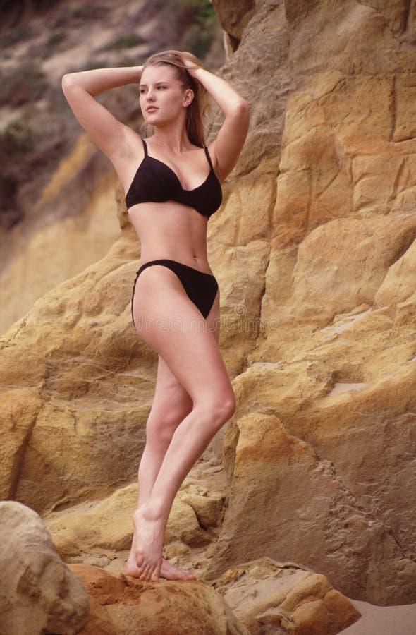 Het model van de bikini op het strand royalty-vrije stock fotografie