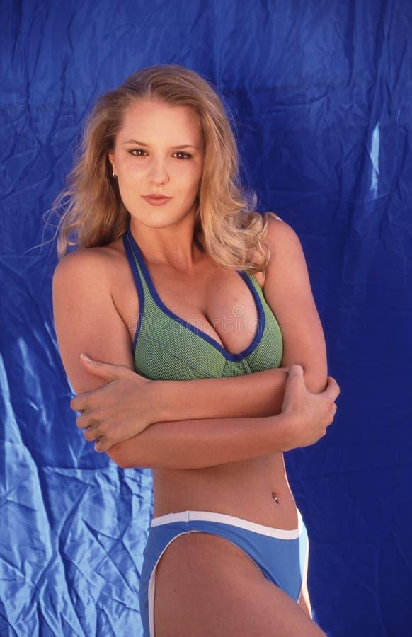 Het model van de bikini tegen blauw stock fotografie