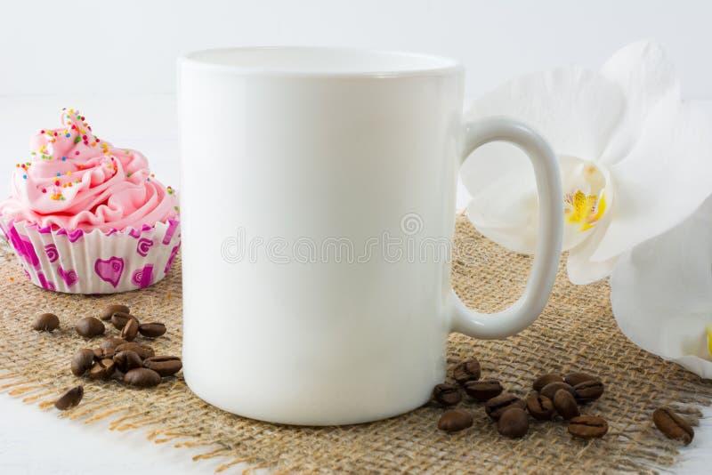 Het model van de koffiemok met muffin royalty-vrije stock afbeelding
