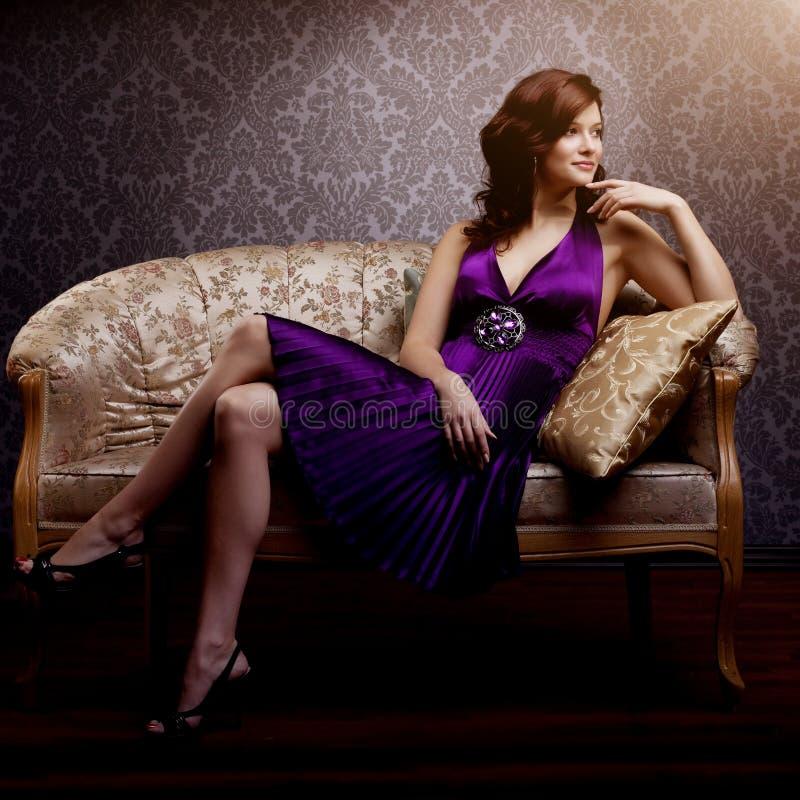 Het model van de manierluxe in purpere kleding Het jonge meisje van de schoonheidsstijl B stock fotografie