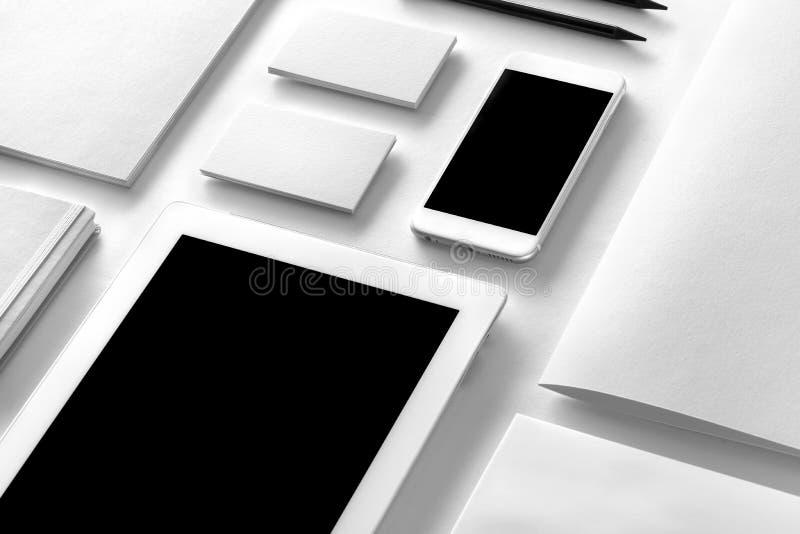 Het Model van de merkidentiteit Leeg collectief kantoorbehoeften en gadgetsse stock afbeeldingen