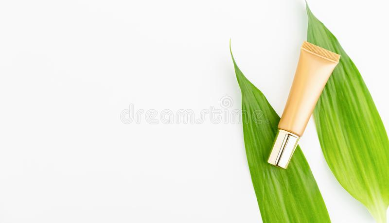 Het model van de serumfles van het merk van het schoonheidsproduct Hoogste mening over de witte achtergrond stock foto