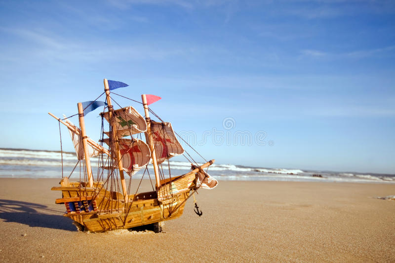 Het model van het schip op de zomer zonnig strand royalty-vrije stock afbeelding