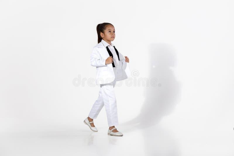 Het model van het maniermeisje in een witte kostuum en een vlinderdas stock foto's