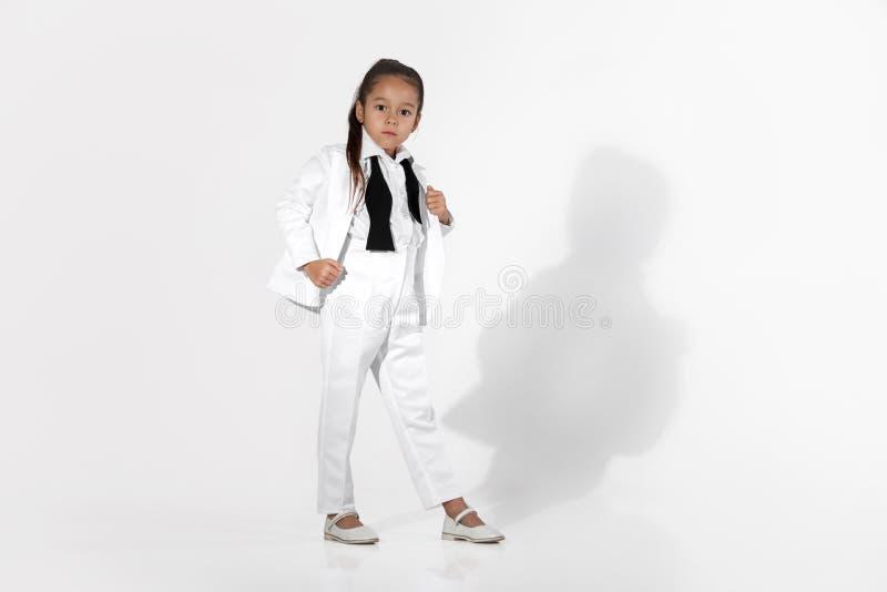 Het model van het maniermeisje in een witte kostuum en een vlinderdas royalty-vrije stock foto