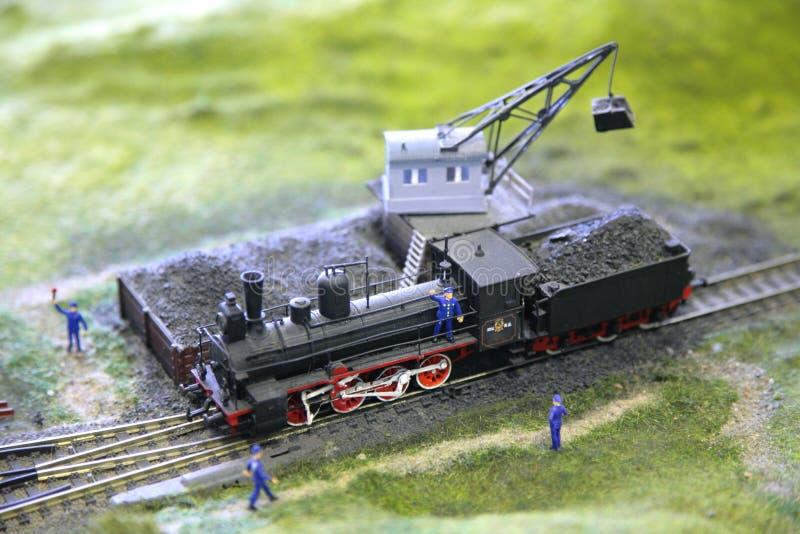 Het model van stoomlocomotief wordt geladen door steenkool royalty-vrije stock fotografie