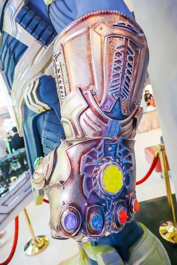 Het Model van Thanos Mighty Glove Infinity Gauntlet bij de Rechtopstaande reiziger van de Filmwrekers 4 van Wondersuperhero: Endg stock foto's