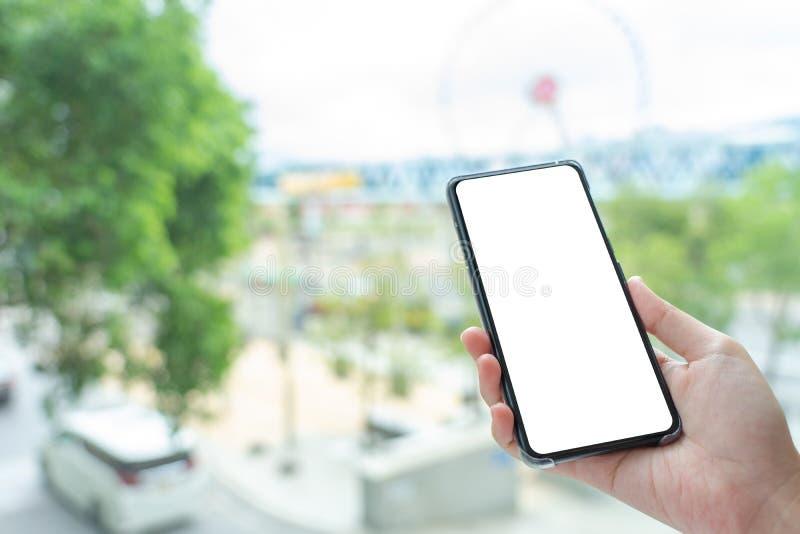 Het modelbeeld die van Vrouwenhand mobiele smartphones houden isoleerde het witte scherm voor modelontwerp en anderen app vertoni stock afbeeldingen