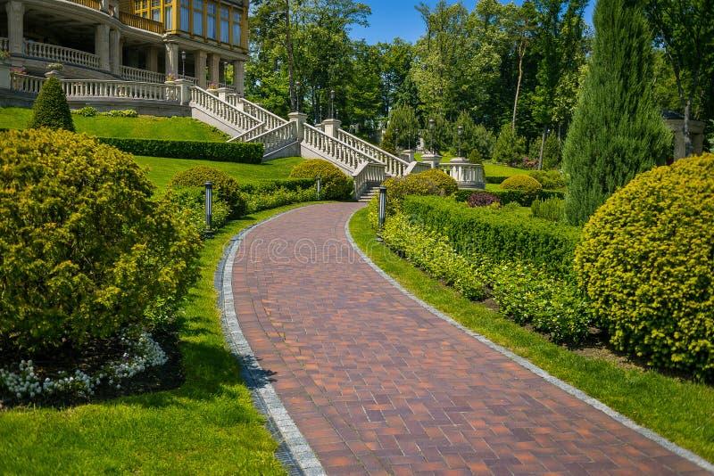 Het modelleren in de tuin De weg in de tuin Mooie Rug stock fotografie