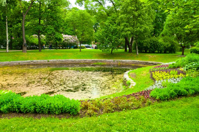 Het modelleren en vijver met bloembedden in het park van Alexander - sier openbaar park in St. Petersburg, Rusland royalty-vrije stock foto's