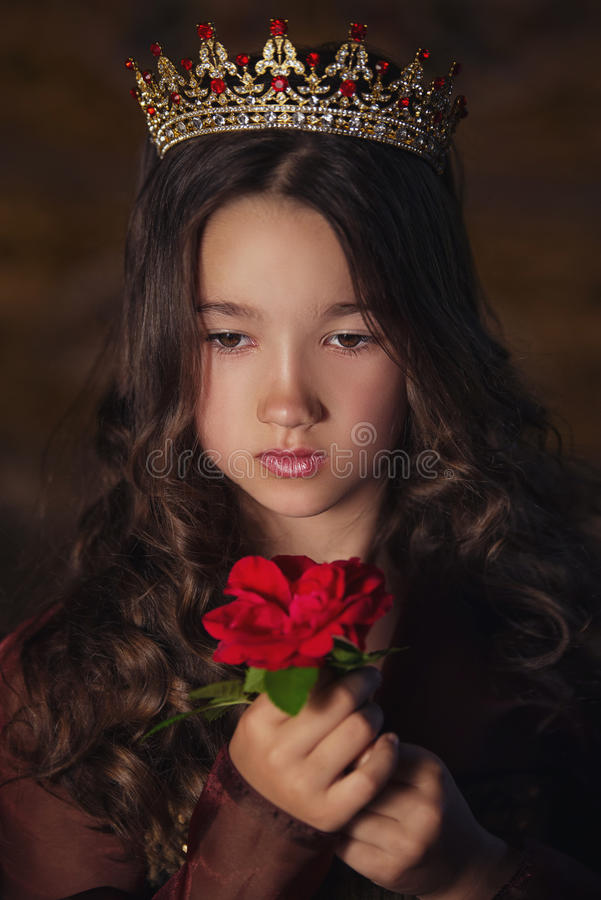 Het modelmeisje die van de manierschoonheid modieus glazenhoogtepunt van roze bloemblaadjes dragen Creatief make-up en kapsel stock afbeeldingen